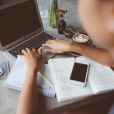 オンラインでウェブデザインを学ぶ人